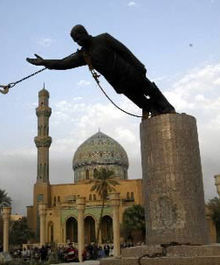 derrube da estátua de Saddam Hussein, Abril de 2003 (Wikipédia)