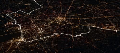 vista aérea do muro de balões iluminados